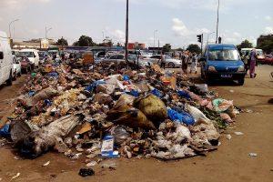 Du rond-point de la gendarmerie à l'Université d'Abobo-Adjamé, du même nom que le boulevard, jonchent des tas d'immondice.