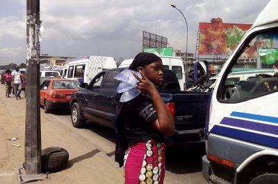« Y a de l'eau hein, de l'eau glacé ici hein ; de l'eau bien glacée sucrée ici hein », peut-on entendre au rond-point de la mairie d'Abobo, au sud d'Abidjan