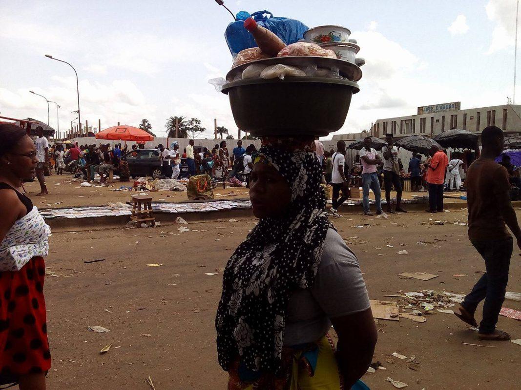 Les sachets plastiques abondent dans les rues, souillent la mer et polluent l'environnement d'Abidjan.
