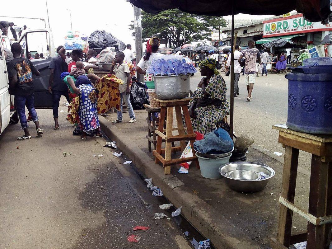jeunes filles et mères de familles se livrent un combat féroce pour écouler leur marchandise : les sachets d'eau !