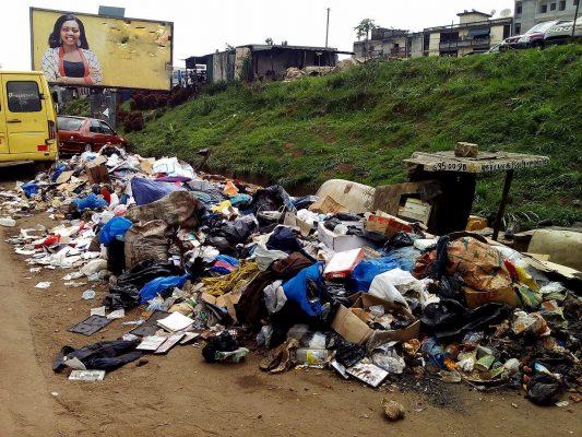 La non-régularité des enlèvements des ordures qui polluent l'environnement des villes ivoiriennes et décriée par Awa, est due au manque de qualification des entreprises qui en ont la charge