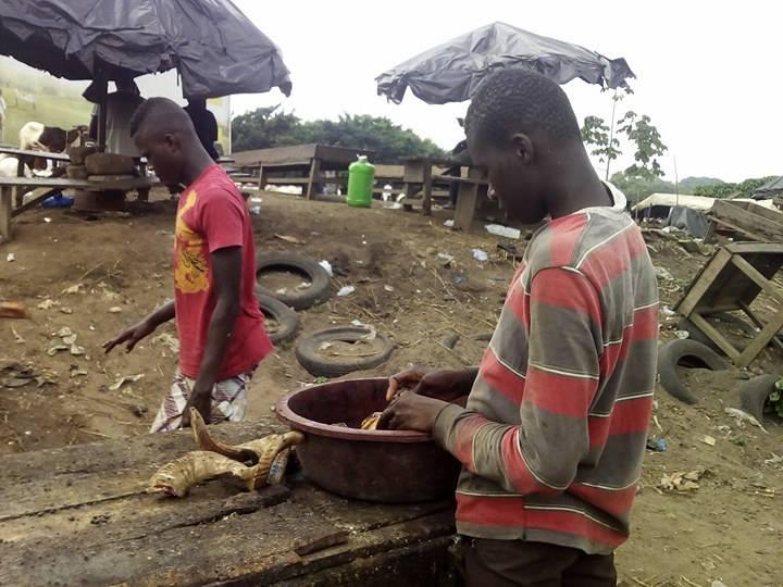 Mamadou, un adolescent de 17 ans qui n'a jamais été à l'école, se charge du nettoyage. Ses services sont offerts à mille francs CFA.