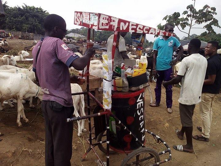 Il se dirige vers Hamadou, un vendeur ambulant de café qui s'est sédentarisé à l'occasion de la fête de Tabaski.