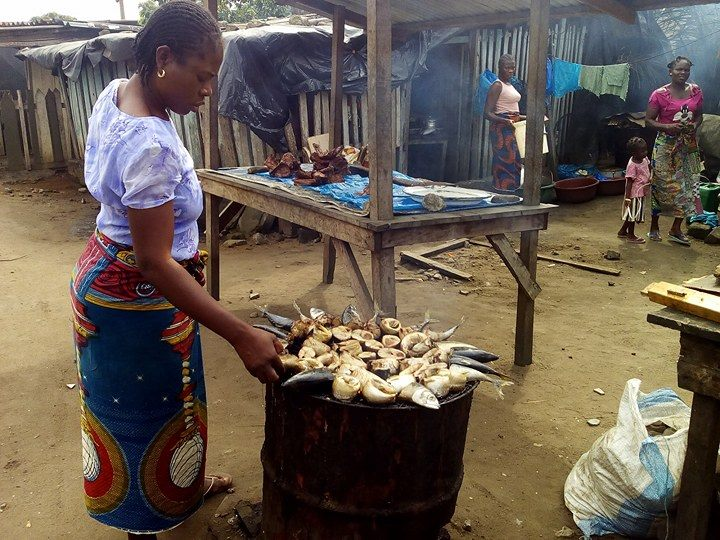 Mariées ou pas, de jour comme de nuit, elles se retrouvent dans les marchés, aux coins des rues, devant les maquis, pour proposer en détail aux citoyens ivoiriens, le client, du poisson fumé ou frais, et/ou des mets sous différentes formes.