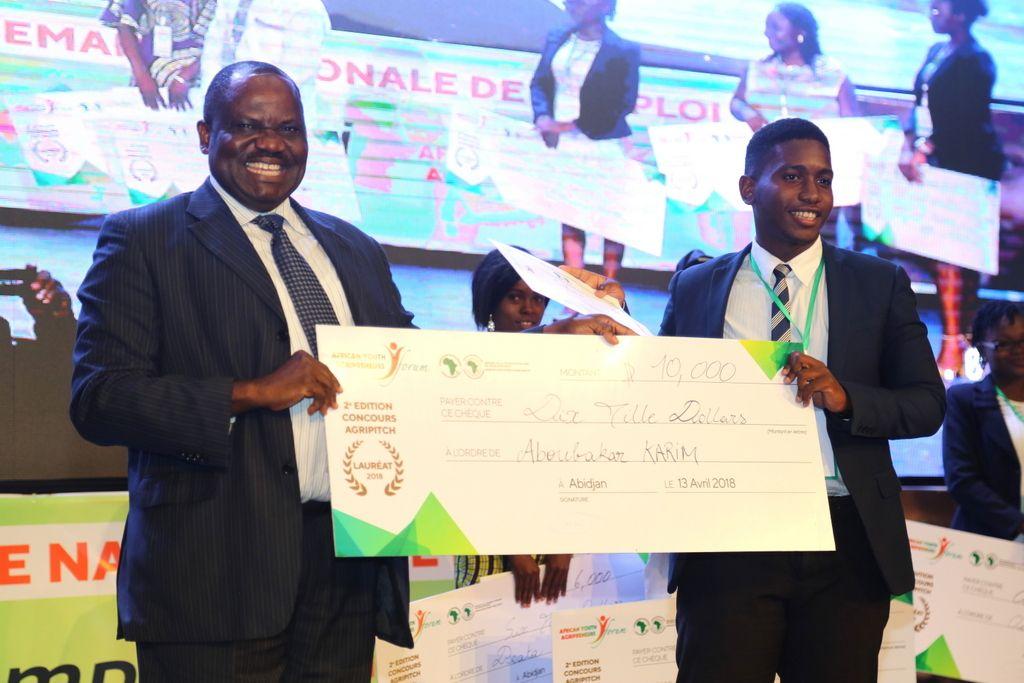. Pour la petite histoire, le jeune agripreneur ivoirien, Fondateur de Investiv, participait au FAJA. Il a terminé premier lauréat du concours Agripitch avec un chèque de 10 000 dollars US.
