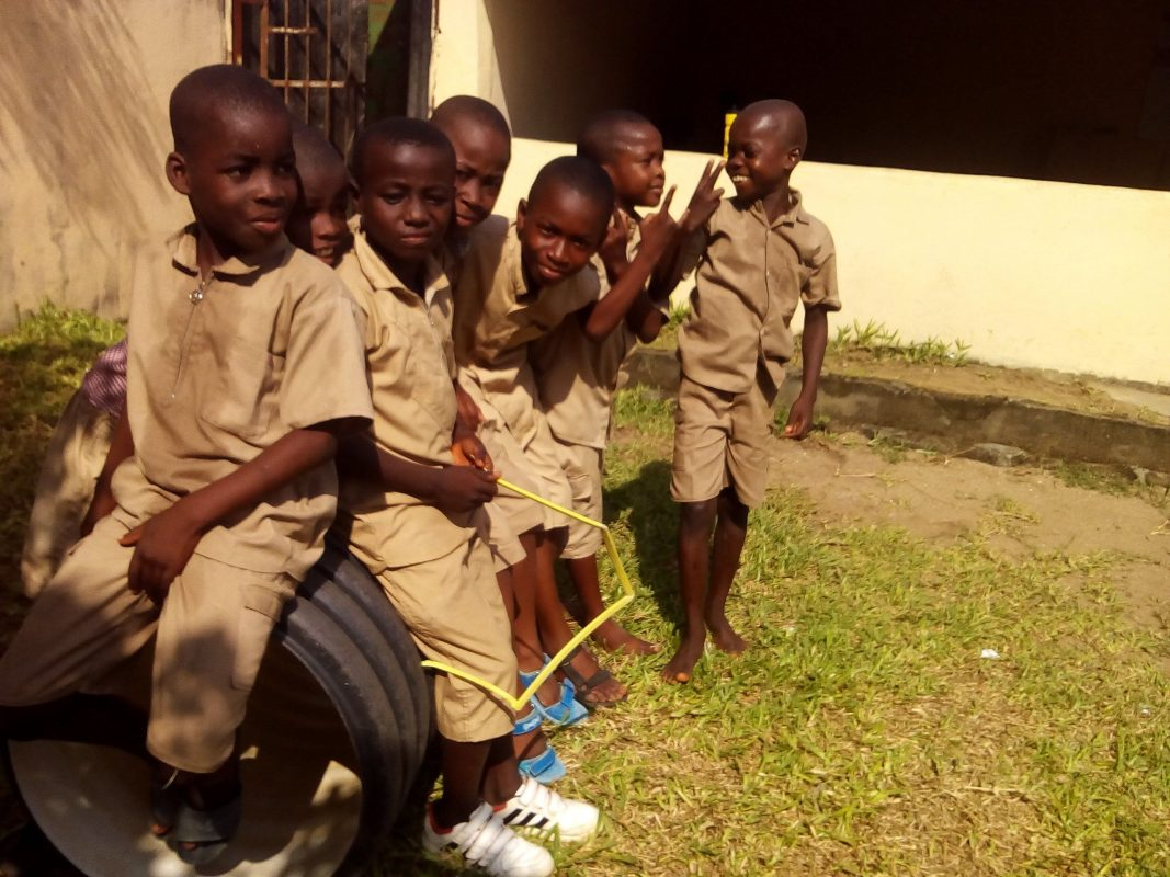 Cocody, Riviera-Palmeraie, une fois encore ! Tous les matins des jours ouvrés, ils franchissent en silence, les uns après les autres, le portail de Sainte Philomène. Le regard tourné vers l'avenir, ces enfants, élèves ''invisibles'' du système éducatif ivoirien, ont saisi la main tendu du Centre d'accueil.