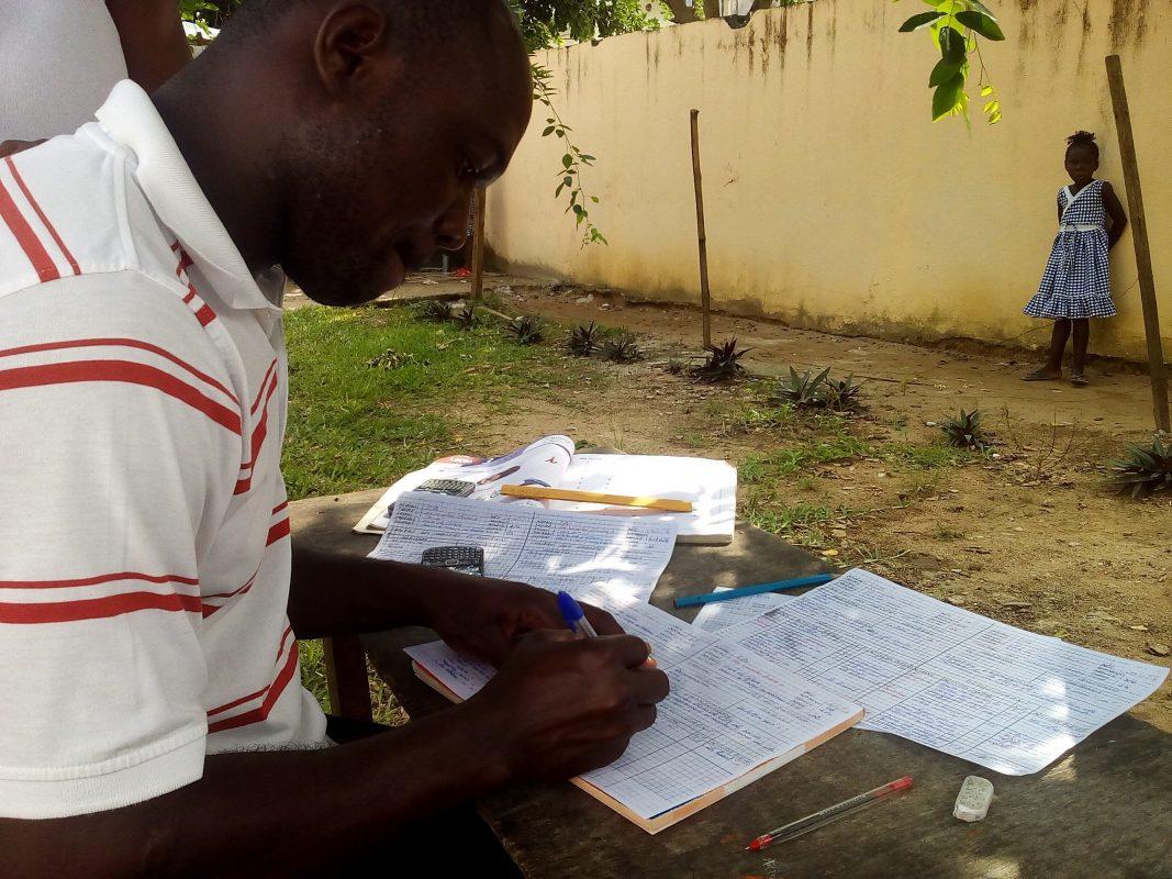Monsieur Akoty, titulaire d'un Certificat d'Aptitude Pédagogique (CAP) est la caution morale en matière de pédagogie au Centre d'accueil Sainte Philomène. Il partage son expérience d'enseignant chevronné avec ses collègues, tous des diplômés de divers domaines de l'enseignement supérieur.
