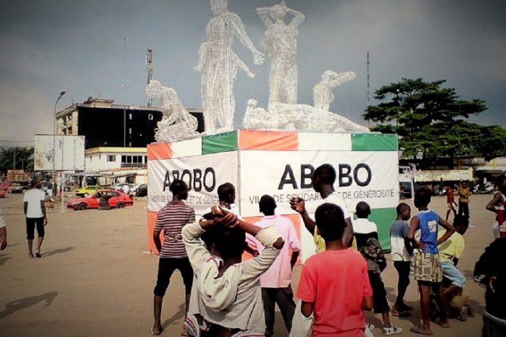 Abobo fait l'objet d'une prodigieuse attention ces derniers mois. A trois semaines des élections régionales et municipales, la bataille pour prendre le contrôle de cette commune du Nord d'Abidjan fait rage. Les enjeux sont énormes.